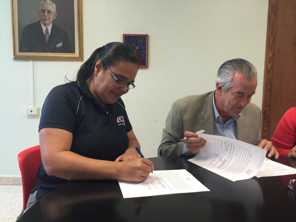 Firman el Convenio Colectivo del Hospital Oncológico, Myrnalee Lamboy, Vice-Presidenta de la UGT, y el Licdo. Jorge de Jesus por el patrono